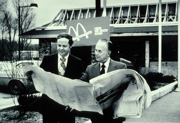 Fred Turner y Ray Kroc estudiando planos de un McDonald's.-Mcdonalds
