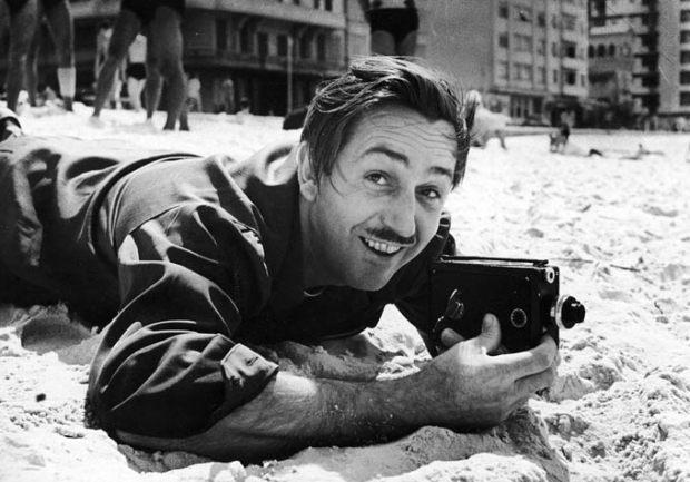 Walt Disney, en una playa de Brasil.